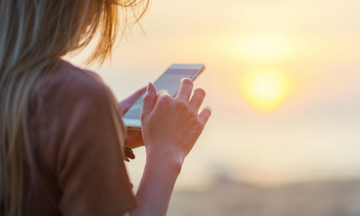 MOBIL I UTLANDET: Det er ikke alltid like lett å la mobilen ligge på ferie, men det kan bli dyrt å surfe på 4G. Foto: Shutterstock