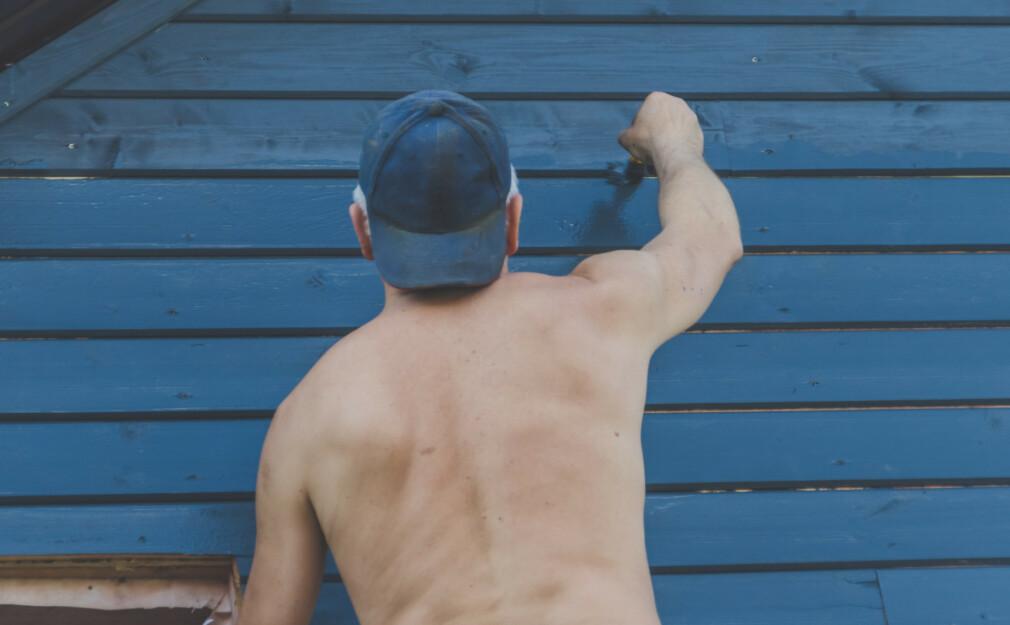 HVILKEN FARGE PÅ HUSMALINGEN?: Ny husmaling på markedet skal ikke bare holde bedre på fargen, den skal også være svertesopp-avvisende. Foto: NTB Scanpix.