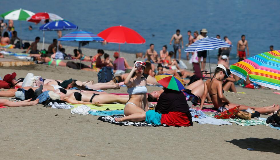 HETEBØLGE: Det er ikke bare veldig varmt i deler av Europa, UV-strålingen er dessuten ekstrem i de sørligste delene. Her fra Malaga onsdag, hvor UV-strålingen skal bli ekstrem de neste dagene. Foto: NTB Scanpix