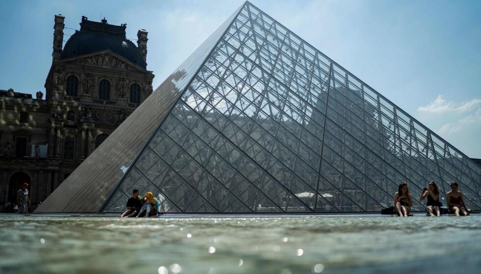 HØY VARME: Paris er en av byene som er rammet av hetebølge. Her er UV-strålingen veldig høy - ikke ekstrem. Her fra Louvre onsdag. Foto: NTB Scanpix