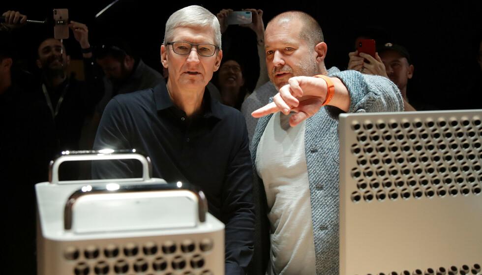 UT: Apple toppsjef Tim Cook (t.v.) og sjefsdesigner Jonathan Ive fotografert i juni i år. Torsdag kom meldingen om at Ive forlater Apple etter å ha jobbet 27 år selskapet. Foto: Jeff Chiu/ AP/ NTB Scanpix