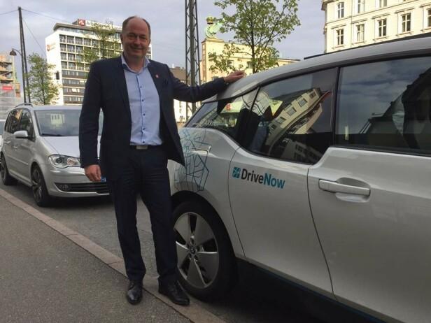 GAVEPAKKE: - Dette er en gavepakke fra Regjeringen til bilentusiaster, sier Morten Stordalen, som leder FrPs bilpolitiske utvalg. Foto: FrP