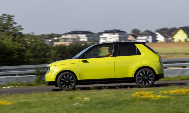 STUTT OG BUTT: Honda e har en veldig klassisk småbilfasong, med et overbygg som er stort nok til å gi overraskende gode plassforhold. Foto: Manuel Portugal