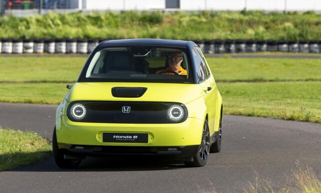 HONDA E: Den lille elbilen fremstår som en tiltalende krabat. Med bakhjulsdrift, et hjul i hvert hjørne og latterlig liten svingradius, er det dessuten mulig å ha det moro bak rattet. Foto: Manuel Portugal