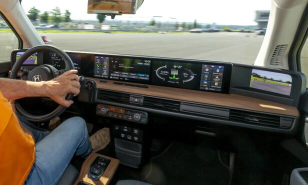 SKJERM-BONANZA: Hele dashbordet i Honda e er dekket av de fem skjermene inkludert de to som erstatter sidespeilene. Foto: Manuel Portugal