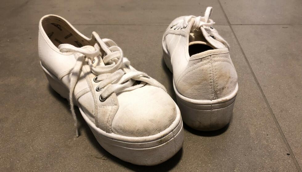 SKITNE JOGGESKO: Vi har vasket disse skoene to ganger før, men de har gulnet noe i stoffet. I artikkelen under får du vite hvorfor de gule flekkene kommer, selv etter vask. Foto: Linn Merete Rognø.