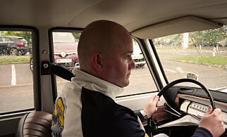 Undertegnede konsentrerer seg på tur i gammel Renault. Rattgir er alltid hyggelig! Foto: Privat