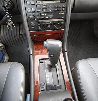 TIDLIG UTE: En luksusbil har selvsagt automatgir, og Lexusens girskifter er nærmest umerkelige. Foto: Jamieson Pothecary