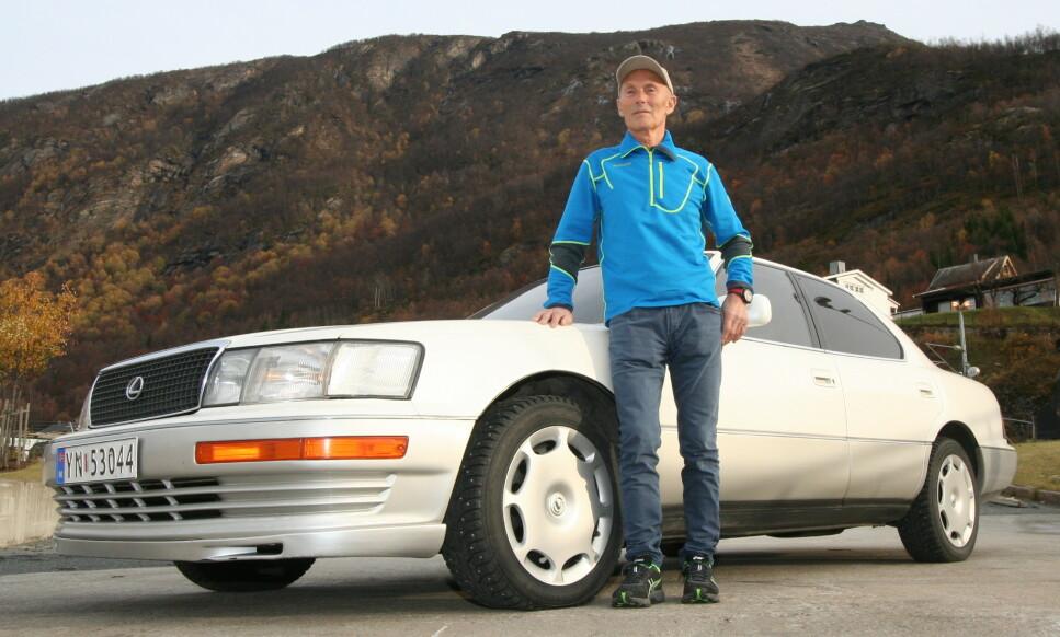 FORNØYD: Rolf Arne Larsen kjøpte seg en Lexus LS 400 fra 1990 og angrer ikke. Foto: Jamieson Pothecary