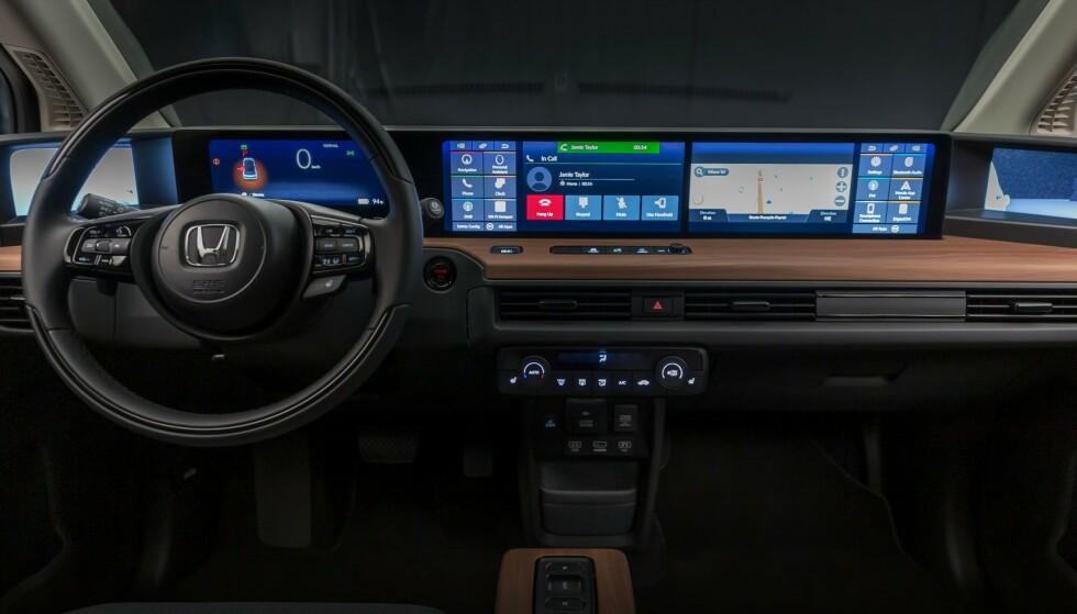HONDA OGSÅ: Dette er skjermen i Hondas nye, lille elektriske bybil. Her er i hvert fall de vanlige knappene for justering av varme beholdt. Foto: Honda
