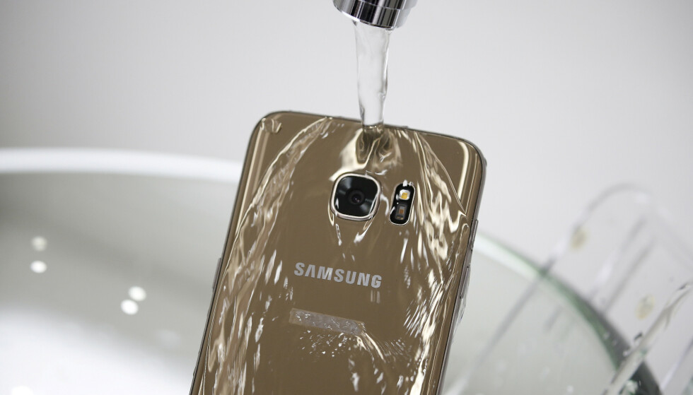 VANNBESTANDIG: Samsungs toppmodeller i Galaxy-serien tåler vann, men ikke uten forbehold. Kim Hong-Ji/Reuters/NTB Scanpix