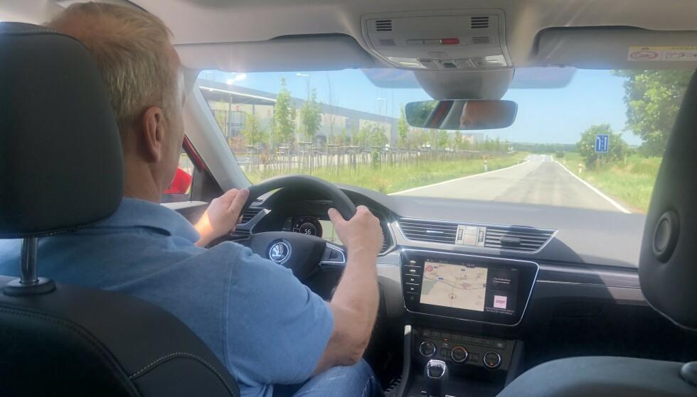 FØRSTE PRØVEKJØRING: Dinside er først ute i Norge til å prøvekjøre den oppgraderte utgaven av Skoda Superb. Høy komfort og en spennende ladbar hybrid er de viktigste nyhetene. Foto: Morten Moum