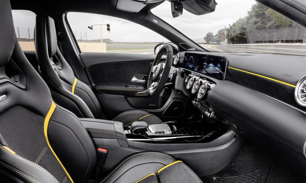 HIGH END: Mercedes har det mest moderne og eksklusive interiøret i sin klasse. Alle digitale komfortsystemer finnes også i AMG, samt litt flere AMG spesifikke menyer. Foto: Mercedes
