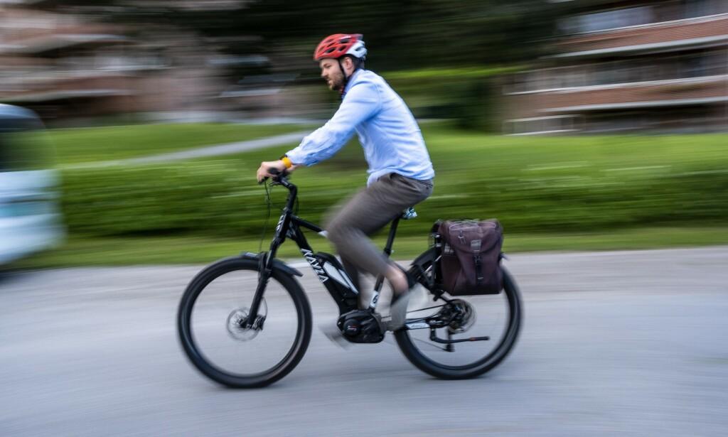ELSYKKEL FOR BUSS FOR TOG: Dinside-journalist Martin Kynningsrud Størbu har sjekket om det går raskere med elsykkel enn med Vys sommertilbud. Foto: PRIVAT