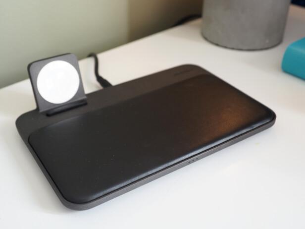 PEN: Nomad Base Station Apple Watch Edition tar seg godt ut på nattbordet. Den er også slank, om enn litt stor. Lademodulen til smartklokka kan ikke vippes ned, så den egner seg ikke så godt til reise. Foto: Kirsti Østvang