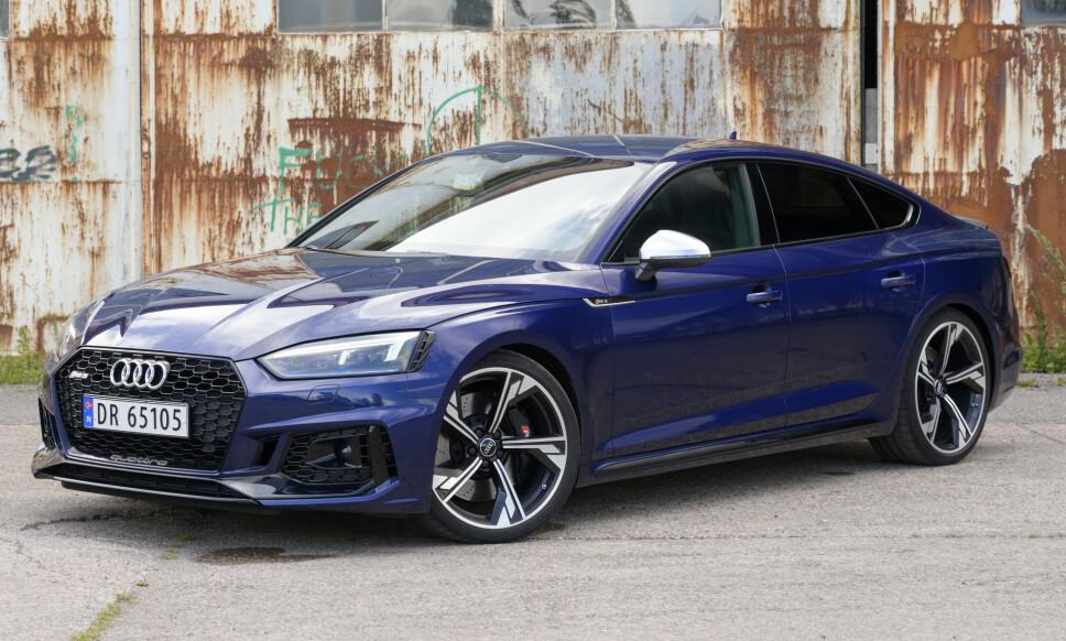 LEKEN OG TUNG: Audi har ikke satt rekord i lettvekt med RS5, men den føles lett. Den imponerer stort på høyhastighetskomfort og ressurser, men føles aldri bad ass-brutal. Foto: Rune M. Nesheim