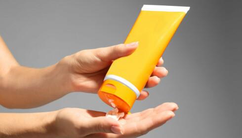 <strong>MILJØSKADELIGE STOFFER:</strong> Mange solkremer inneholder stoffer som skader naturen - nå tar flere steder grep for å bedre situasjonen. Foto: NTB Scanpix