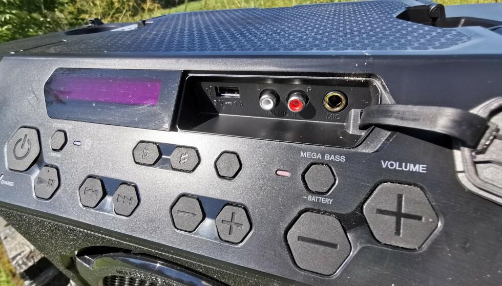 MANGE MULIGHETER: Du kan koble til mikrofon, RCA-kabler eller en USB-minnepinne og fra lyd fra flere kilder enn Bluetooth. Som du ser er displayet nærmest usynlig i sollys. Foto: Pål Joakim Pollen