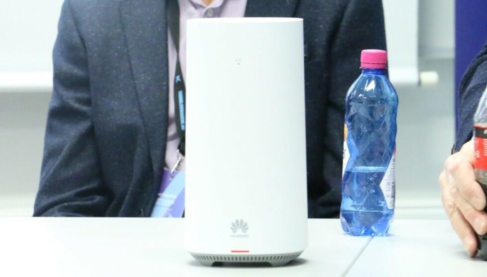 5G-RUTER: Her er Telenors første 5G-ruter for private husholdninger. Den er laget av Huawei, som er tungt inne i den norske 5G-utbyggingen. Foto: Martin Kynningrud Størbu
