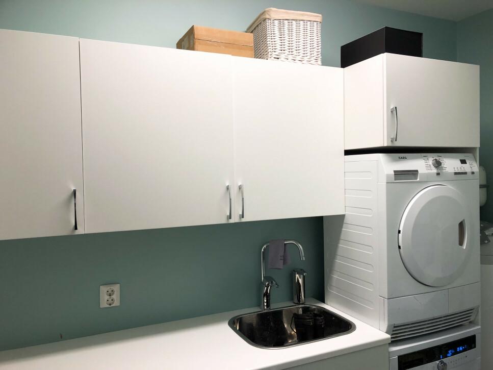 KJØKKEN PÅ VASKEROM: Kjøkkeninnredning på vaskerommet er ett av tipsene for å holde vaskerommet ryddig og oversiktelig. Foto: Linn Merete Rognø.