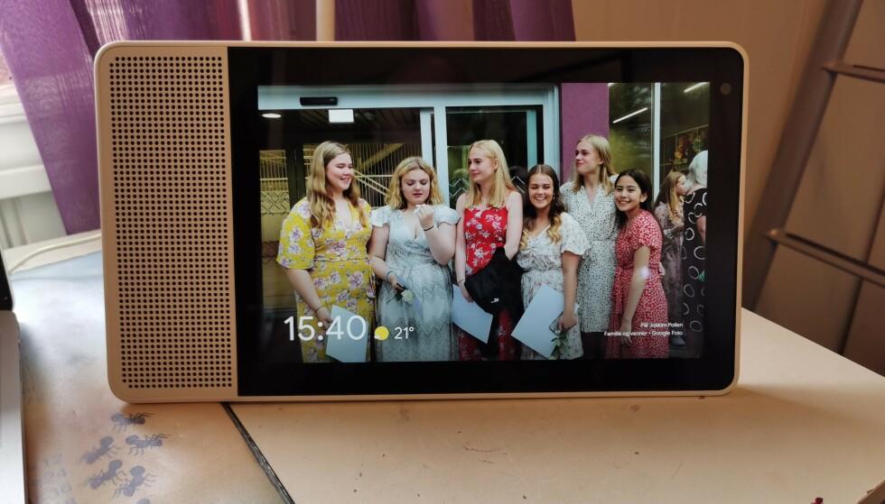 BILDERAMME: Det er overraskende koselig å ha en digital bilderamme nå som den kan hente alle bildene fra Google Foto-biblioteket ditt. Foto: Pål Joakim Pollen