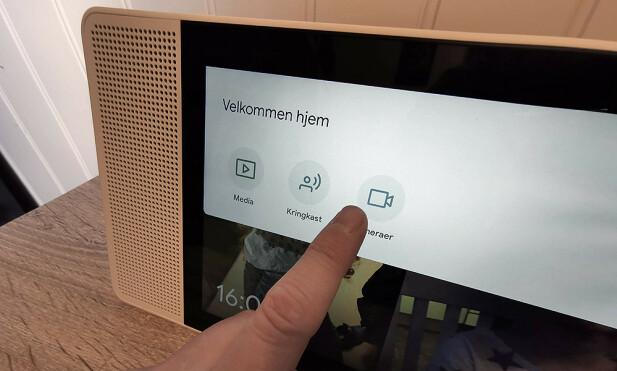 LITT TRØBBEL: Vi får ikke opp kameraet når vi trykker her, og ikke når vi ber om å få se det på norsk. Men snakker vi engelsk, fungerer det brillefint. Foto: Pål Joakim Pollen