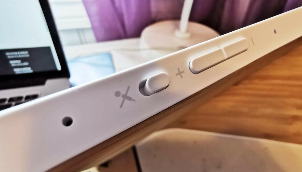 <strong>KNAPPER:</strong> Volumet kan justeres med disse knappene, på skjermen eller med stemmen. Skyvebryteren deaktiverer mikrofonen. Foto: Pål Joakim Pollen