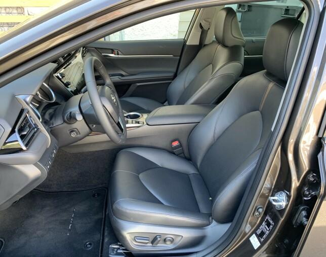 GODSTOL: Hadde i tillegg sitteputen kunnet justeres i lengden, hadde sitteplass foran vært nær innertier. Komfortabelt er det uansett, og justeringsmulighetene mye bedre enn Toyota var kjent for tidligere. Foto: Knut Moberg