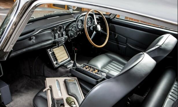 KATAPULT-SETE: Fra førersetet kan James Bond styre de 13 innebygde spesial-effektene, inkludert katapultsete og maskingevær. Foto: HM Sotheby`s.