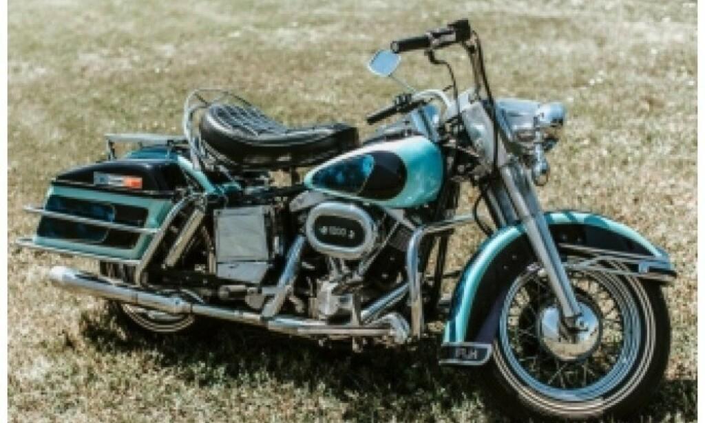EKSKLUSIV: En fargetilpasset Harley Davidson FLH 1200 Electra Glide, med Elvis' navn, skal også selges på auksjonen. Foto: Pressemelding Kruse GSW Auctions
