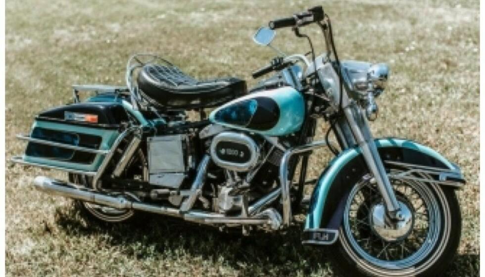 <strong>EKSKLUSIV:</strong> En fargetilpasset Harley Davidson FLH 1200 Electra Glide, med Elvis' navn, skal også selges på auksjonen. Foto: Pressemelding Kruse GSW Auctions