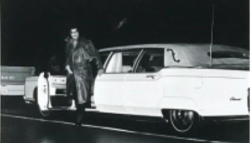 <strong>1973 LINCOLN CONTINENTAL:</strong> Elvis på vei ut av limousinen sin. Bildet er fra pressemeldingen.
