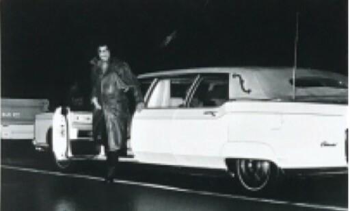 1973 LINCOLN CONTINENTAL: Elvis på vei ut av limousinen sin. Bildet er fra pressemeldingen.