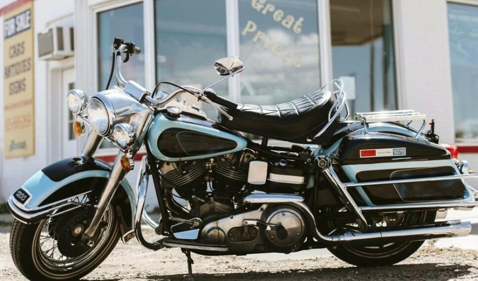 <strong>TIL SALGS:</strong> Blant de sjeldne kjøretøyene som skal selges på auksjon er også Elvis' siste motorsykkel, en Harley Davidson fra 1976. Foto: Kruse GSW Auctions