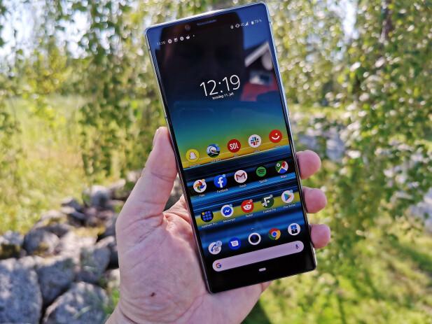 SLANK OG LANG: 21:9-formatet gjør Xperia 1 til en svært høy telefon, men den er også ganske slank når du holder den i hånda. Foto: Pål Joakim Pollen
