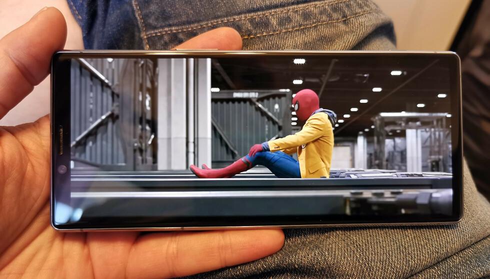 HELE SKJERMEN: Store Hollywood-produksjoner fyller hele skjermen på Xperia 1. Foto: Pål Joakim Pollen