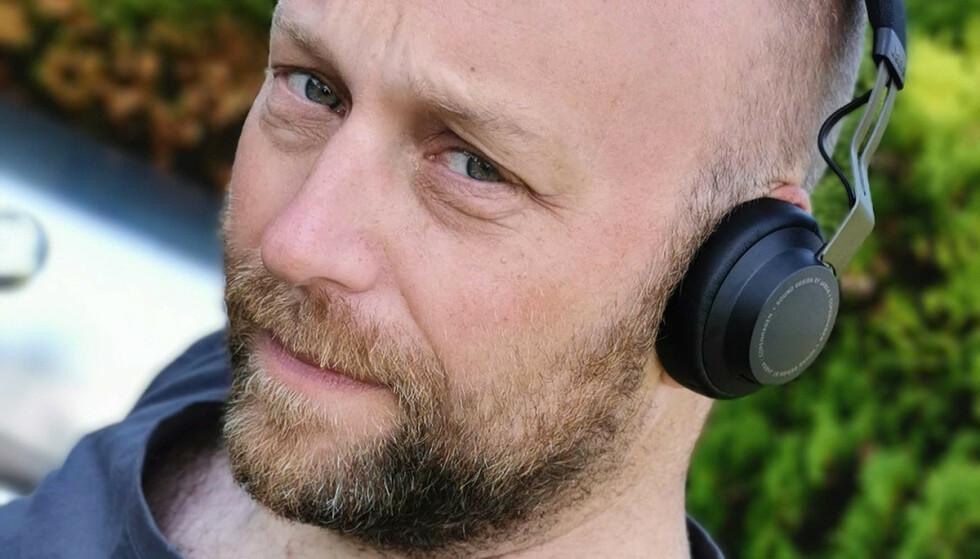 <strong>ON-EAR:</strong> Jabra Move Style er såkalt on-ear-modeller, som ligger utenpå øret snarere enn å omslutte dem. Foto: Pål Joakim Pollen