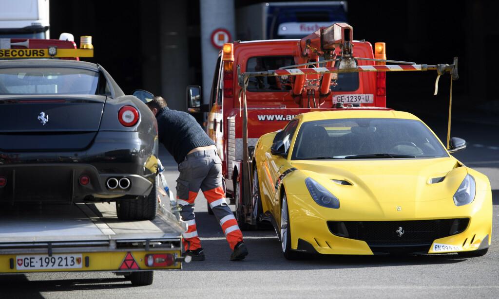 TAUET BORT: I november 2016 ble blant annet disse to Ferrariene og ni andre luksus- og sportsbiler fraktet fra flyplassen i Genève, etter korrupsjons-tiltale og beslagleggelse av Teodo Nguema Obiang Mangues eiendeler. Foto: AP
