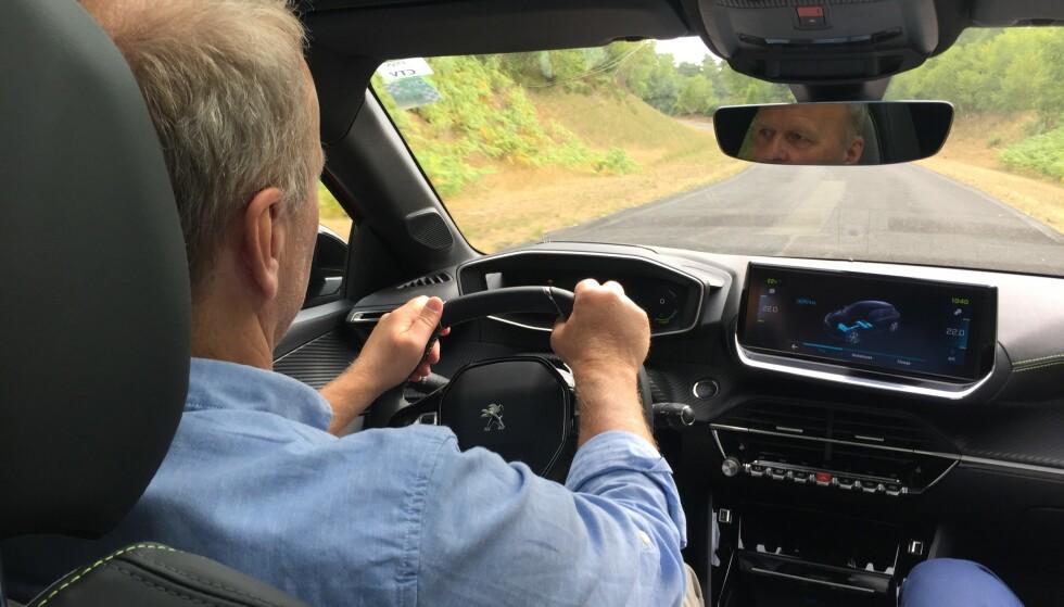 BAK RATTET: Vårt første inntrykk etter å ha prøvekjørt e-208: Det er mye komfort i denne bilen og 136 hester er nok til å gi en sprek kjørefølelse. Foto: Hamdi Ben Lagha