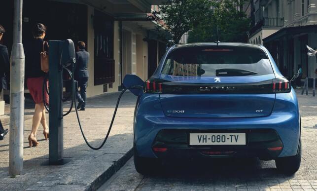 VIKTIG BIL: Peugeot kan blant annet ta med seg elbilen e-208 til forhandlingsbordet med FCA. Foto: Peugeot