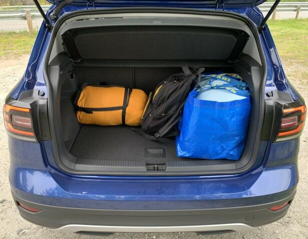 MER ENN SMÅBIL: Selv med baksetet skjøvet helt bak, er det lie mye plass i bagasjerommet som en VW Golf. Dessuten er det lettere å utnytte det. Foto: Knut Moberg