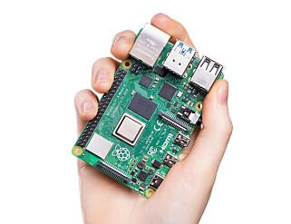 HÅNDHOLDT: Raspberry Pi 4 er håndholdt, i ordets rette forstand. Foto: Raspberry Pi Foundation