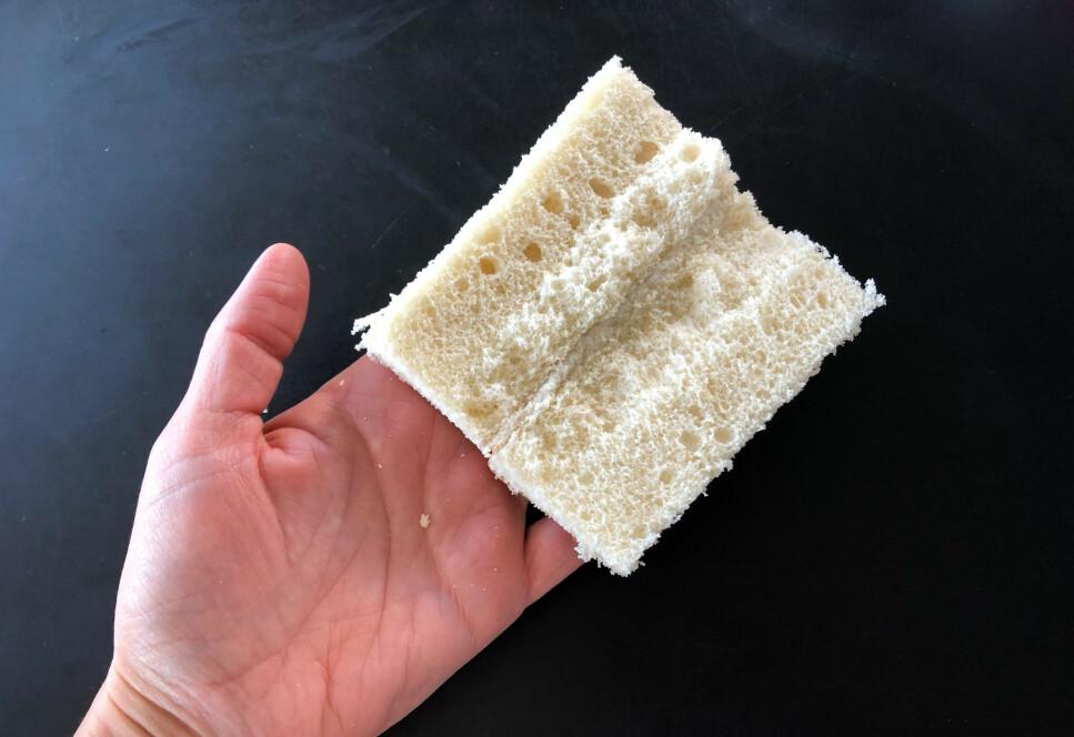 BRUK BRØD: Det finnes mange ingredienser fra kjøkkenet som kan brukes til rengjøring, for eksempel eddik, bakepulver, natron og sitron. Men visste du at også brød kan funke på noen problemer? Sjekk hvordan vi testet brødtriksene i artikkelen under. Foto: Linn Merete Rognø.