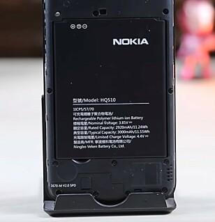 BATTERI: Her er batteriet på 3000 mAh klart til å bli byttet ut. (Skjermdump: Youtube)