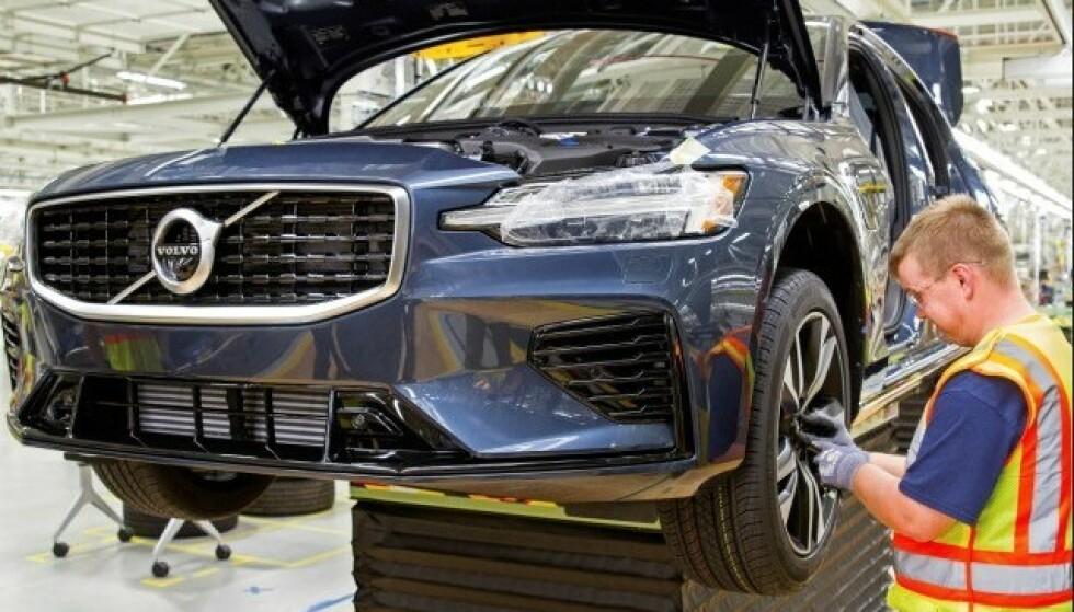 KAN OPPSTÅ BRANN: Motoren kan miste effekt eller stoppe. I verste fall kan det oppstå en begrenset brann i motorrommet, ifølge Volvo. Foto: Volvo