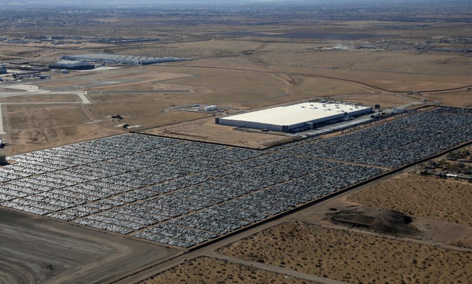 ÉN AV 37 «VW-KIRKEGÅRDER»: Om lag 300.000 Volkswagen- og Audi-biler står oppstilt på 37 store parkeringsplasser rundt omkring i USA. Dette bildet er fra en ørken-gravplass nær Victorville i California, fra 28. mars i fjor. Tallet på antall biler konsernet må kjøpe tilbake vil trolig passere langt over 400.000 i Statene. Foto: Reuters