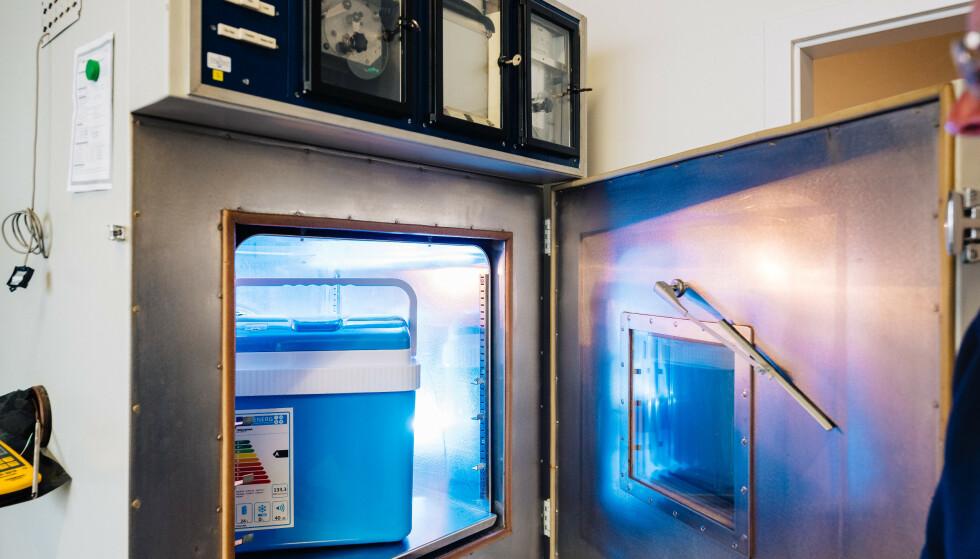 BOKS I BOKS: Her ser du kjøleboksen fra Biltema inne i klimakammeret som ble brukt for å teste kvaliteten på denne og seks andre bokser. Foto: Jonas Ginter.