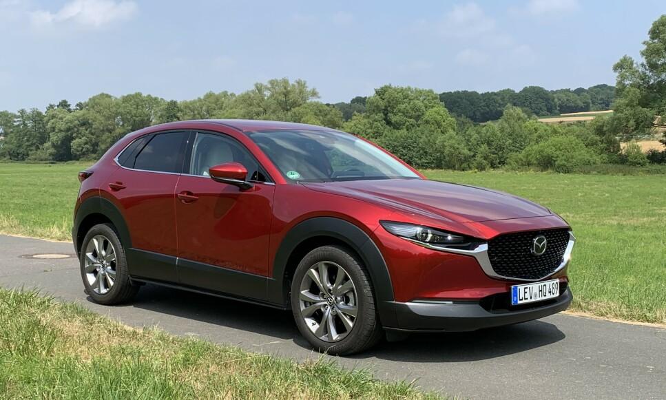 «BEVEGELSENS SJEL»: Mazdas såkalte Kodo-design er veletablert og gjør bilene fra merket lett gjenkjennelig. Etter vår mening er dette et designspråk de kunne vært stolte av hos for eksempel premium-produsenten Jaguar. Nye CX-30 er det nyeste eksempelet og utseendemessig særdeles harmonisk, synes vi. Foto: Knut Moberg