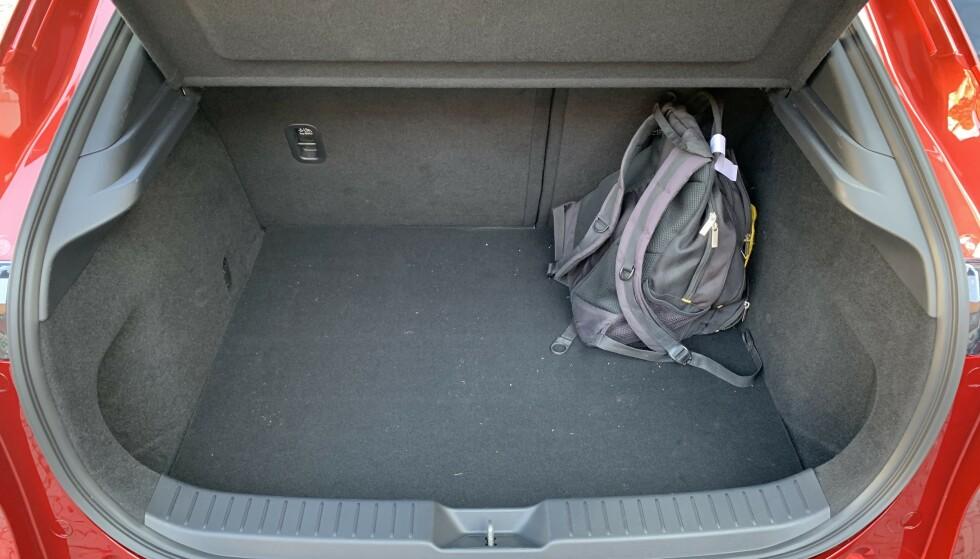 BRA: Volumet på bagasjerommet matcher det i klassereferansen Nissan Qashqai - 430 liter. Innlastingen favoriseres av svært bred åpning. Foto: Knut Moberg
