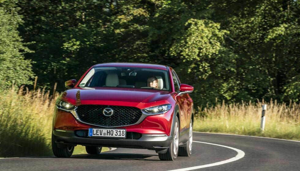 <strong>GJENNOMFØRT:</strong> Bilen ser sulten ut, og det passer bra, for den sluker milene på uanstrengt vis, også, og kanskje særlig, når svingene kommer tett. Foto: Mazda